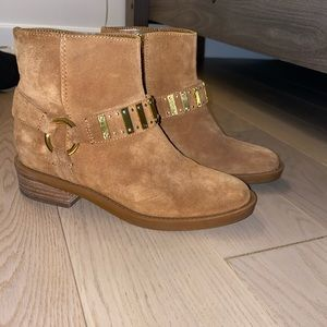Suede tan ankle bootie